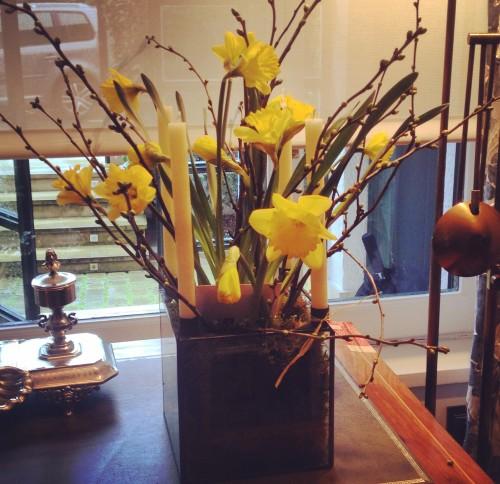 candelabro con narcisos y prunus